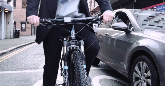 交差点などで車列を自転車ですり抜けていいの